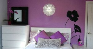 Сполучення бузкового й білого в спальні: як вибрати відтінок під колір стін